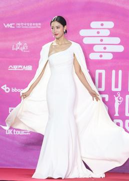 [N컷] '새신부' 클라라, 결혼 후 첫 공식석상...여전한 '여신 포스'