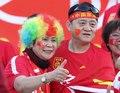이색 복장으로 응원하는 중국응원단