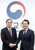 악수하는 한-중 북핵수석대표