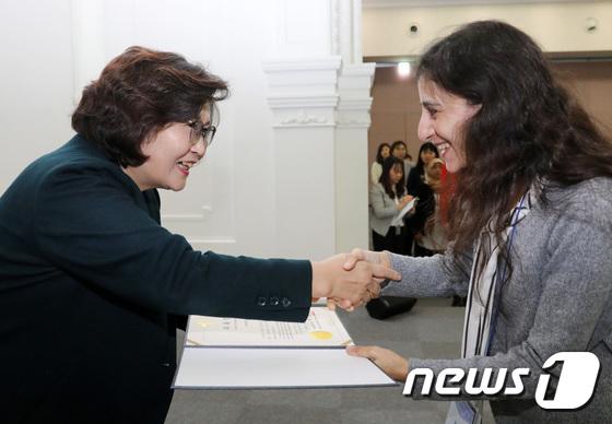 위촉장 수여하는 문미란 서울시 여성가족정책실장