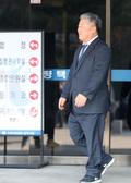 '1심 벌금 200만원 선고' 법원 나서는 우석제 안성시장