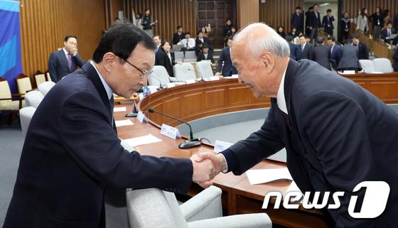 선진규 노인위원장과 인사하는 이해찬 대표