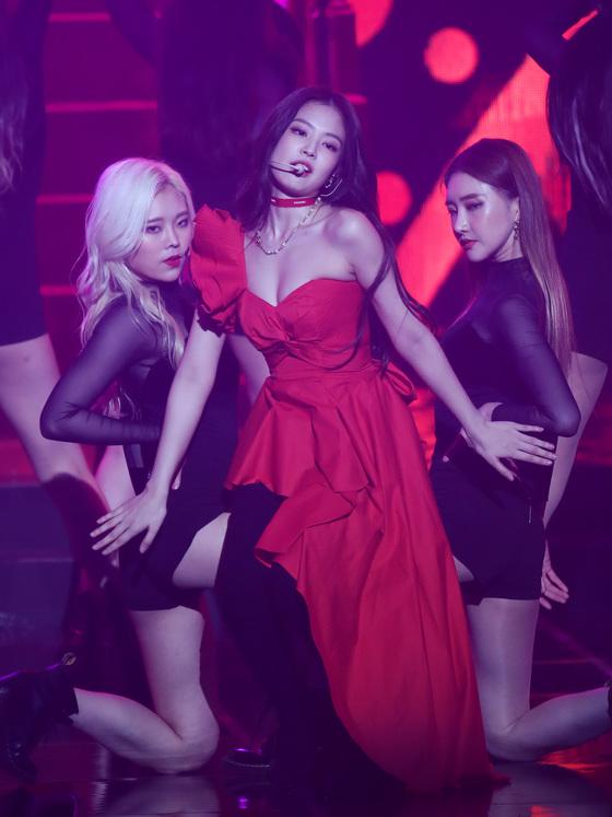 [N이슈] 제니, 역대급 섹시 퍼포먼스…아찔 볼륨감