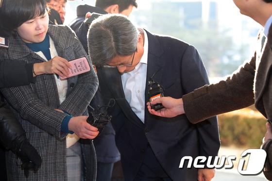 허리숙여 사과하는 김명수 대법원장