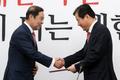 임명장 받는 강석진 자유한국당 전당대회 준비위원