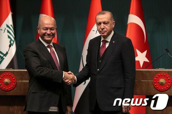 [사진] 손 잡은 터키-이라크 대통령