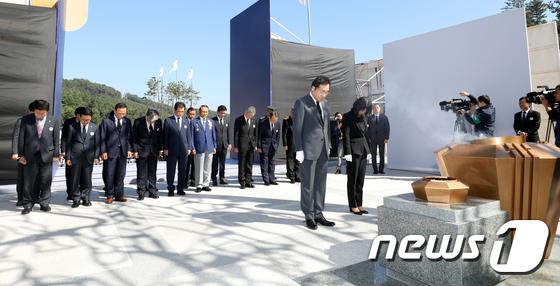 국립괴산호국원 개원식, 묵념하는 이낙연 총리
