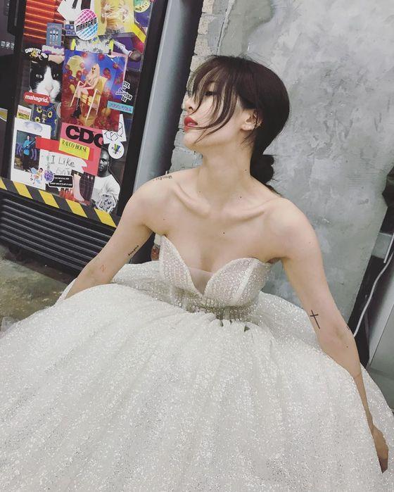 현아, 섹시미 강조한 순백 드레스 자태…우아함까지