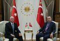 [사진] 펜스 美 부통령 접견하는 터키 대통령