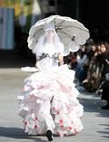 '버려지는 쓰레기를 활용한 패션'