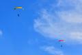 가을 하늘로 비행하는 모터패러글라이드