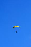 가을 하늘 비행하는 모터패러글라이드