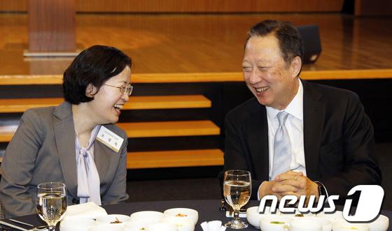 웃으며 대화 나누는 조성욱 위원장·박용만 회장