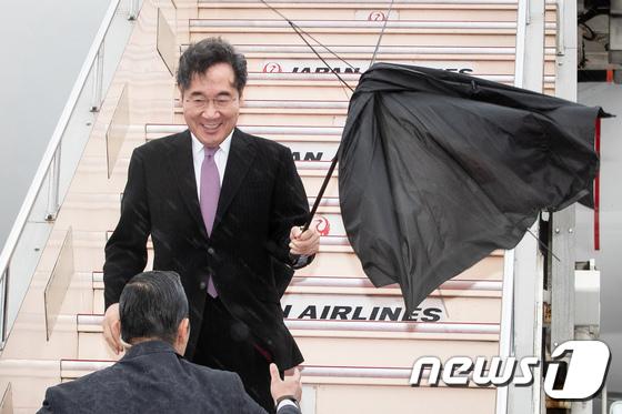 일본 방문한 이낙연 총리 \'태풍 너구리 무섭네요\'