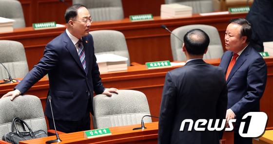 홍남기 경제부총리와 대화하는 김재원 예결위원장
