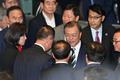 자유한국당과 인사 나누는 문재인 대통령