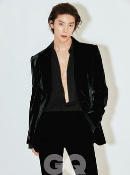 SF9 휘영, 재킷만 걸친 섹시한 자태...강렬한 눈빛