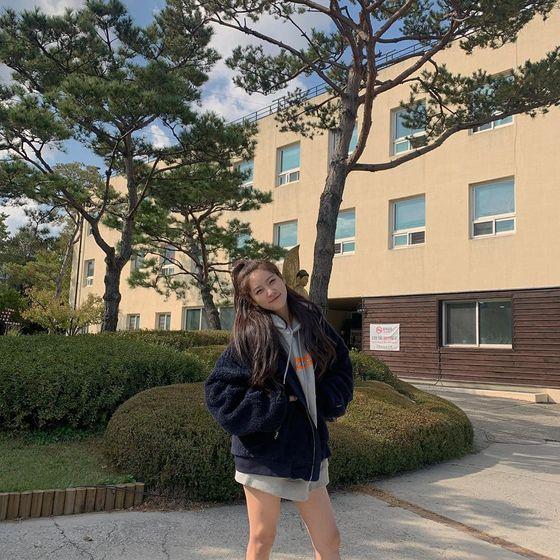 김새론, 하의 실종 패션 속 상큼 눈웃음…'성숙+귀여움' 상반 매력