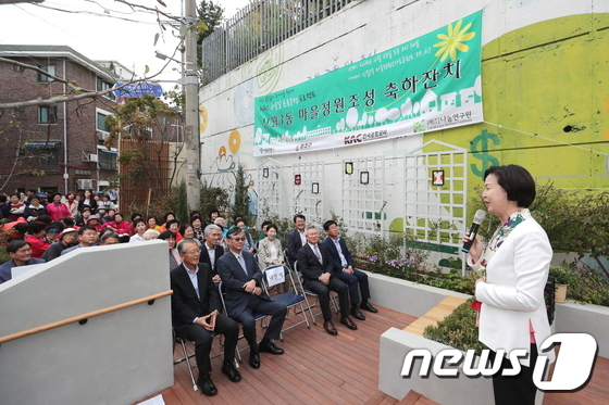 하늘길 초록동행 프로젝트 준공식 축사하는 김수영 구청장