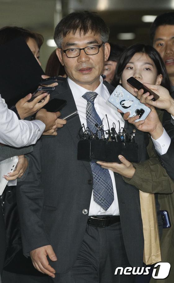 질의에 답하는 정경심 변호인 김칠준 변호사