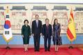 스페인 국왕 내외와 기념촬영하는 문재인 대통령