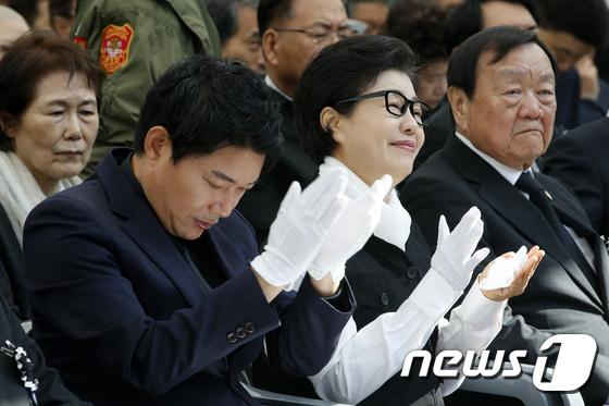추도사에 박수치는 박근령·신동욱