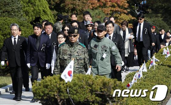 박정희 서거 40주기, 묘소로 향하는 박근령·신동욱
