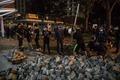 [사진] 도로 파내 벽돌 모으는 홍콩 시위대