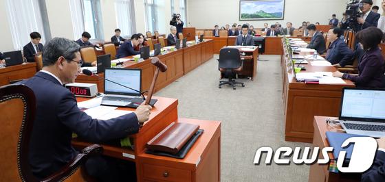 의사봉 두드리는 김학용 위원장