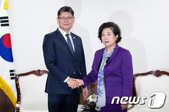 김연철 장관, 현정은 회장 면담…금강산 문제 논의