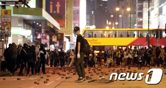 거리로 나선 홍콩 시위대 \'벽돌로 바리게이트 설치\'