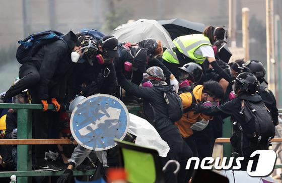 아수라장 홍콩 \'경찰 진압작전을 피해서\'