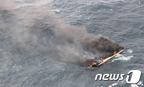 차귀도 해상서 12명 탄 어선 화재