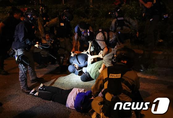 탈출 시도하다 경찰에 붙잡힌 홍콩 학생들