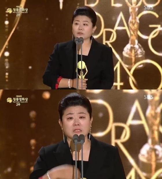 """[청룡영화상] '기생충' 이정은, 여우조연상 수상…""""주목받으니 겁났다"""" 눈물"""