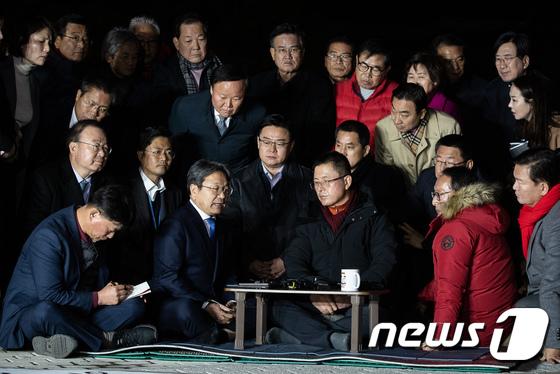 강기정 청와대 정무수석 면담하는 황교안 자유한국당 대표