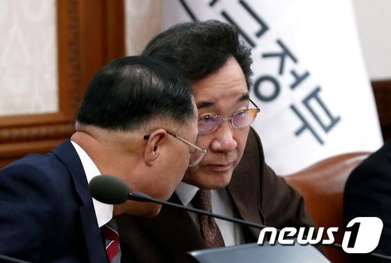 이낙연 총리와 홍남기 부총리 \'속닥속닥\'