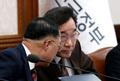 이낙연 총리와 홍남기 부총리 '속닥속닥'