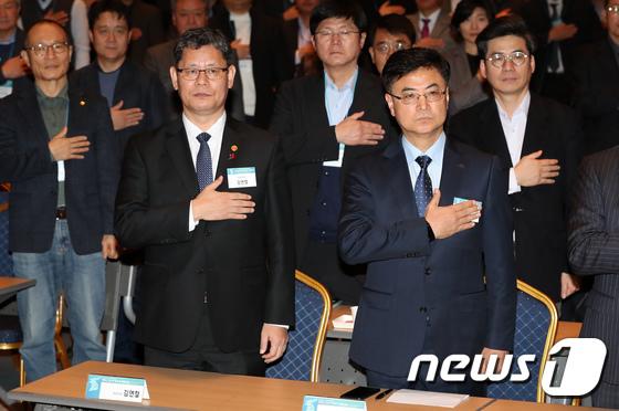 국민의례하는 김연철 장관과 한승헌 원장