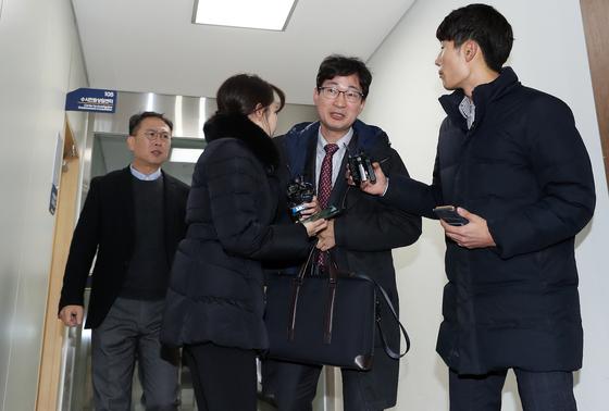 """김건모, 성폭행 주장 여성에 맞고소장 제출…""""수사 통해 다 밝혀질 것""""(종합)"""