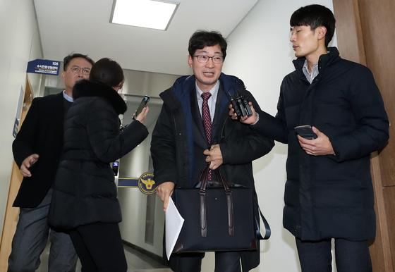 """김건모 측, 맞고소장 제출 현장서 """"고소인 누군지도 몰라"""""""