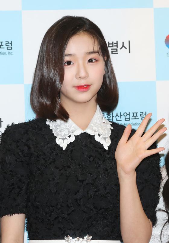 채연 '보니하니' 피해 논란 후 시상식으로 첫 공식석상…밝은 표정