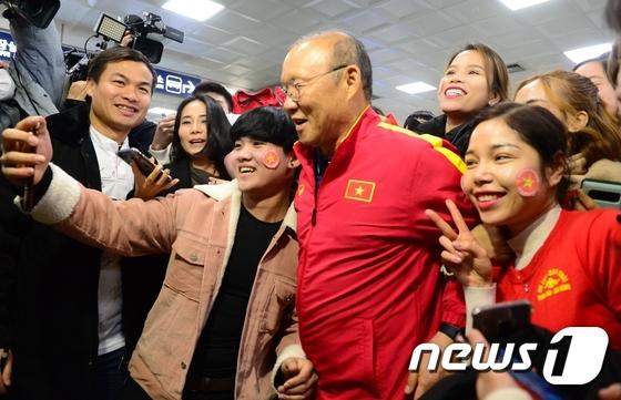 베트남 축구 영웅, 박항서 감독 입국