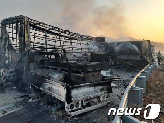 \'도로 결빙\' 상주-영천 고속도로 차량 화재