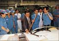 럭키 청주공장에서 생산제품 살펴보는 구자경 회장