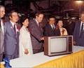 미국 현지생산 제1호 컬러 TV 바라보는 구자경 회장