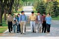 학생들과 연암대학교 산책하는 구자경 회장