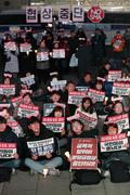 미대사관 앞에서 협상중단 촉구하며 촛불 든 시민들