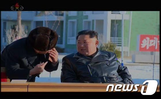 """'양덕온천 준공' 김정은 현장 격려…""""일진광풍 기상 인민군의 기적"""""""