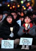 촛불 든 추모대회 참가 학생들